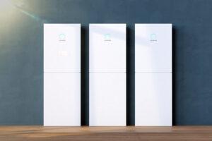 Drie sonnenBatteries thuisbatterijen naast elkaar