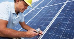 Een man verbindt de zonnepanelen met de string-omvormer.